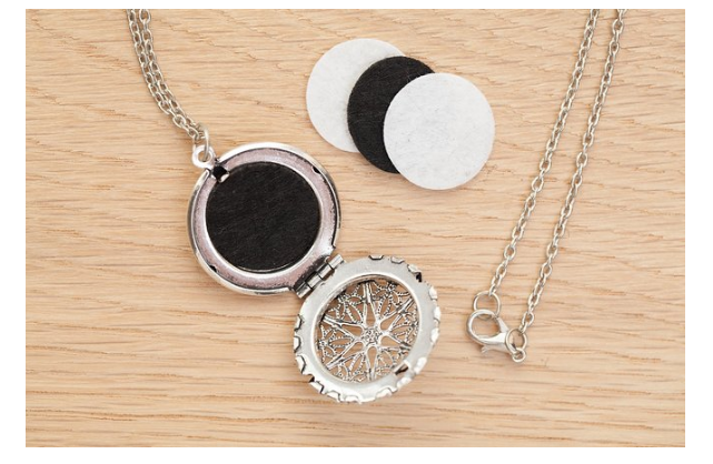 diffuser necklace with felt pads